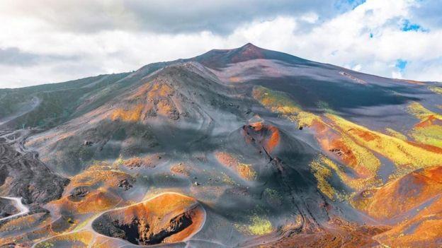 Такая картина - не редкость, когда ты живешь на вулкане (на фото - извержение 2001 г.)
