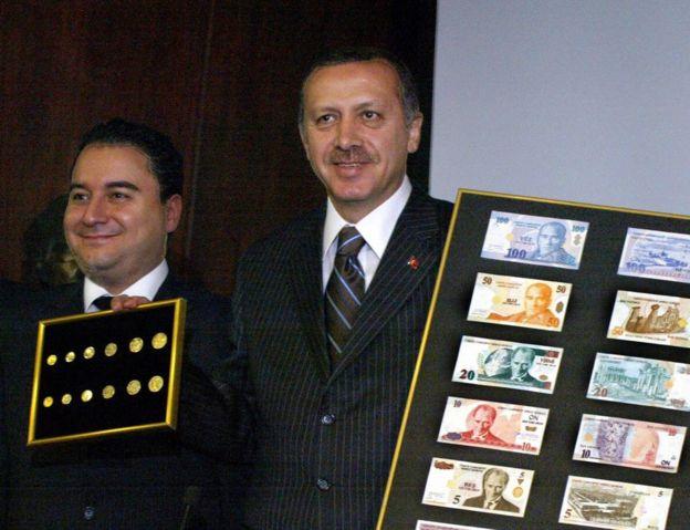 Dönemin Ekonomi Bakanı Babacan, dönemin Başbakanı Erdoğan'la birlikte altı sıfır atılmış YTL para birimini tanıtırken