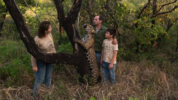 La familia Silveira y un jaguar.