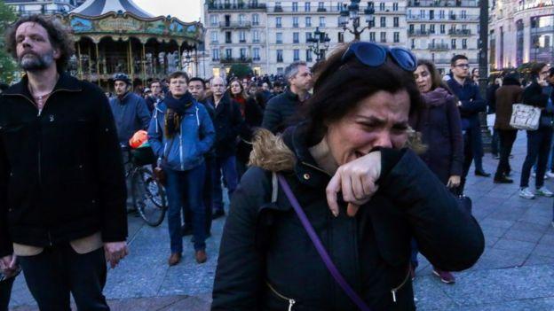 Mulher chorando durante incêndio em Paris