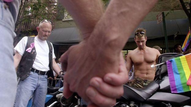 Bazı eşcinsel erkekler nasıl AIDS'ten korkmadan korunmasız cinsel ilişkiye giriyor? ile ilgili görsel sonucu