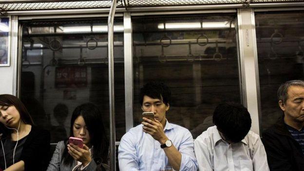 يؤدي التنقل المستمر بين الأجهزة الإلكترونية إلى تشتيت انتباه المرء