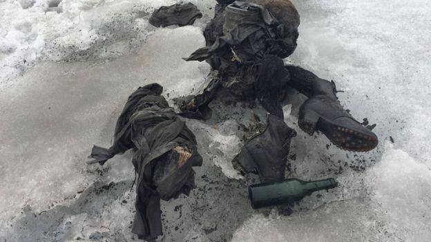 Botas y otros objetos hallados junto a los cuerpos