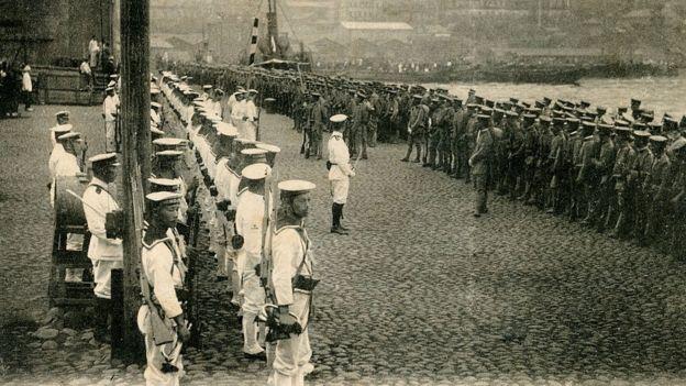 Tropas japonesas desembarcando em Vladivostok, na Rússia, em 11 de agosto de 1918.