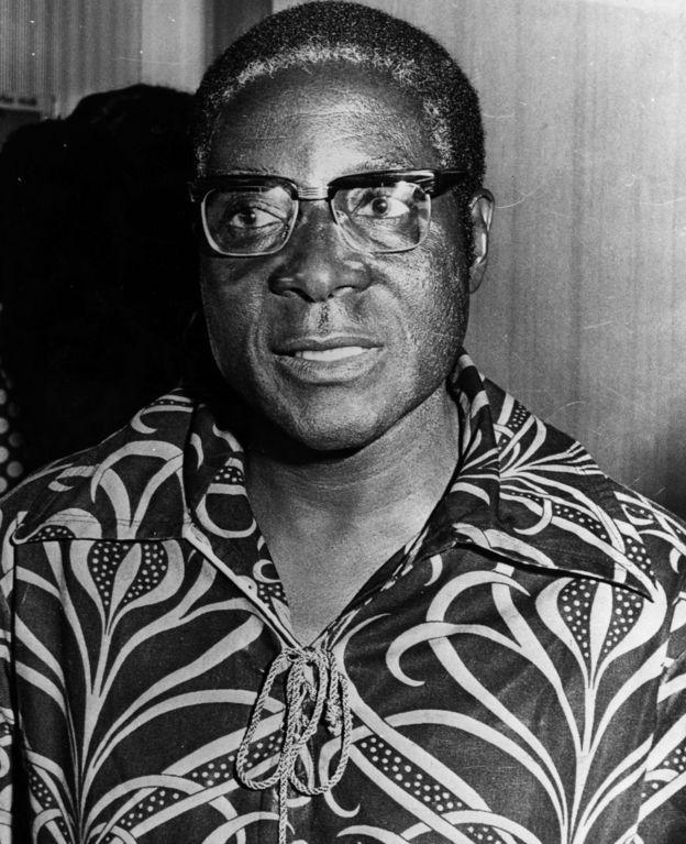Robert Mugabe wabayeho guhera mu mwaka wa 1924 akaba yatabarutse kuri iyi tariki ya 6 y'ukwa cyenda mu 2019. Iyi foto ye ni iyo mu mwaka wa 1976