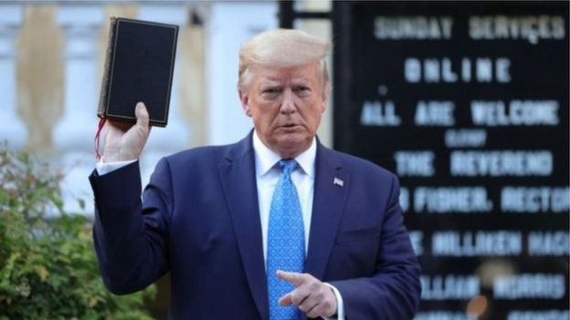 يواجه أسلوب ترامب في التعامل مع الأزمة انتقادات حادة، خاصة داخل الولايات المتحدة.