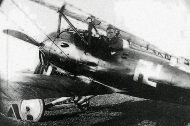 Fritz Beckhardt em seu avião de combate