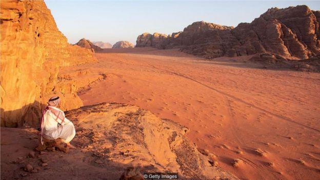 """阿拉伯語中""""bedu""""的意思是""""住在沙漠裏的人""""。"""