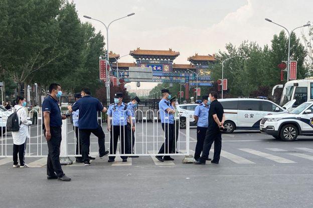 警方在发生疫情的新发地市场门口设置路障。