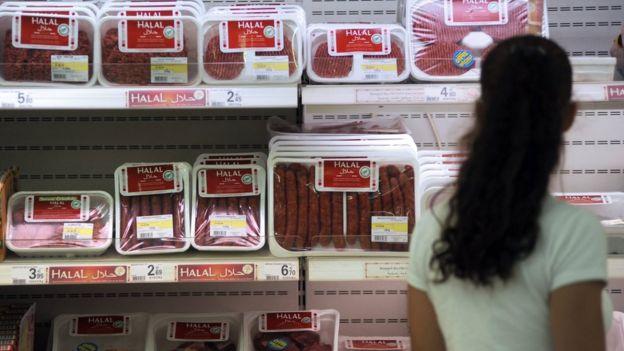 Mulher comprando carne halal