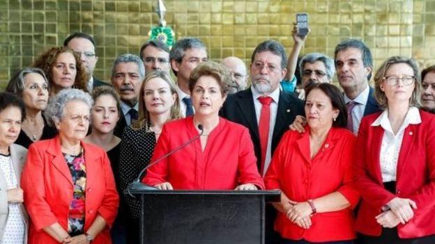 Dilma com algumas de suas ex-ministras