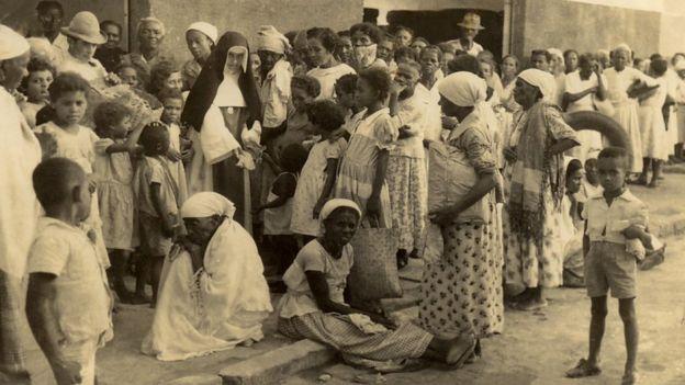 Irmã Dulce atendendo multidão