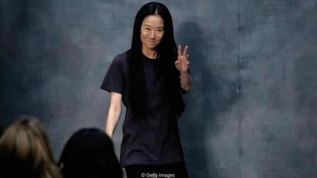 Một vận động viên trượt băng nghệ thuật, Vera Wang đã là biên tập viên thời trang cao cấp tại hãng Vogue trong 15 năm và sau đó là giám đốc thiết kế cho hãng Ralph Lauren trước khi tạo ra nhãn hiệu riêng của mình.