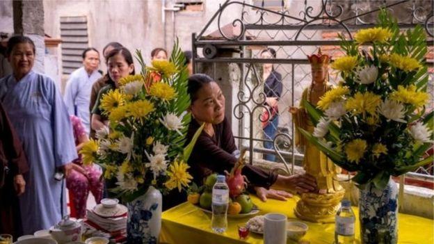 Họ hàng và hàng xóm một nạn nhân làm lễ cầu siêu ở Việt Nam