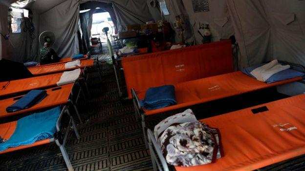 Hospital temporário montado do lado de fora do complexo de cavernas na Tailândia