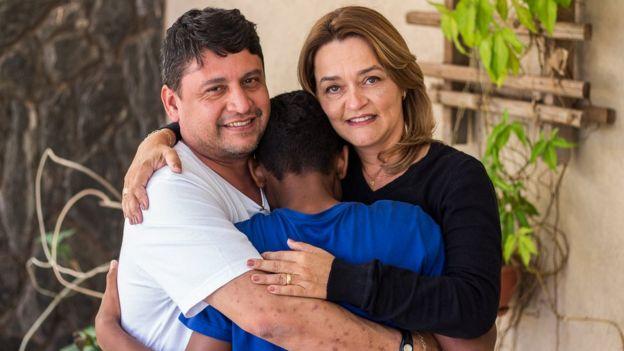 Elísia de Oliveira, de 47 anos, e seu marido, Lusanil Egues da Cruz, que adotaram Lucas*, irmão de Jéssica, após primeiro apadrinhá-lo por meio do 'Adoção na passarela'