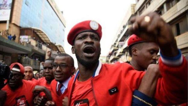 Bobi Wine akiwa na wafuasi wake