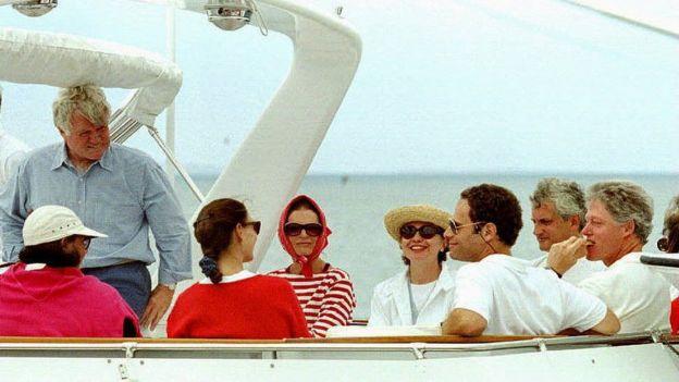 Bill Clinton en yate con Hillary y Jaqueline Kennedy Onassis.