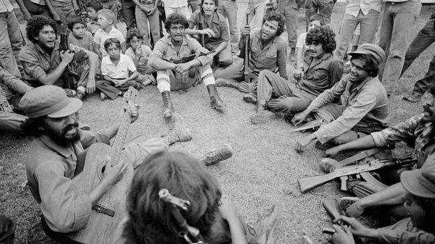 Guerrilleros nicaragüenses cantando