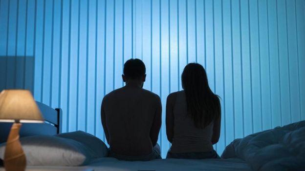 yatağa oturmuş bir çift