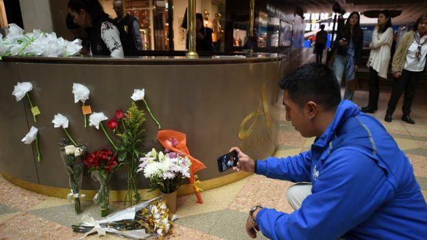 Varias personas rindieron tributo a las víctimas este domingo en las instalaciones del centro comercial.