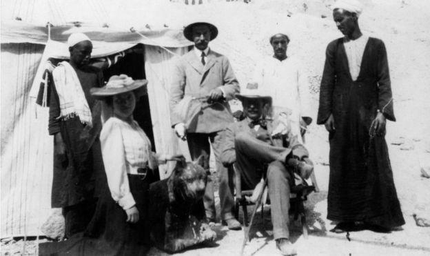 Howard Carter con 5 personas más y una carpa en el campamento de excavación