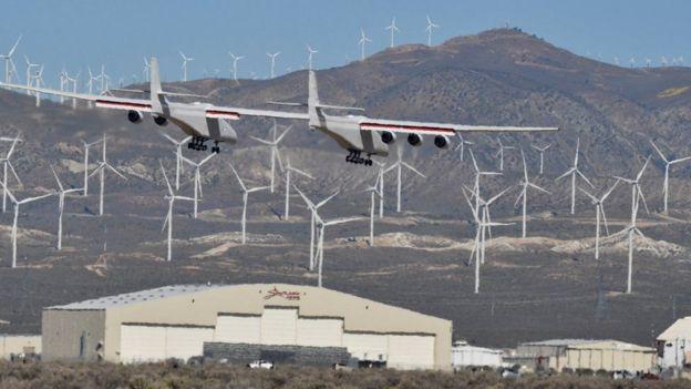 stratolaunch اكبر طائره في العالم تحلق في سماء كاليفورنيا  _106445230_5927195e-1531-49ee-b88a-18872f994bff