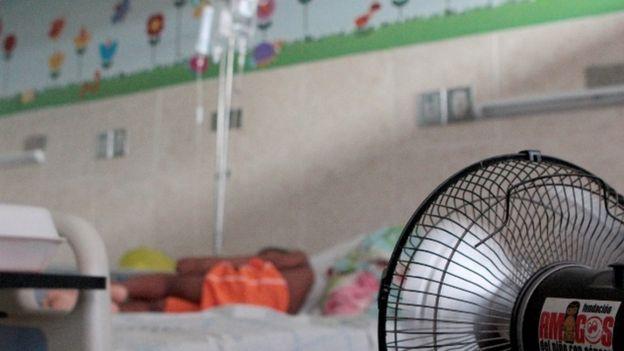 Niño paciente yace en una cama del hospital HEP