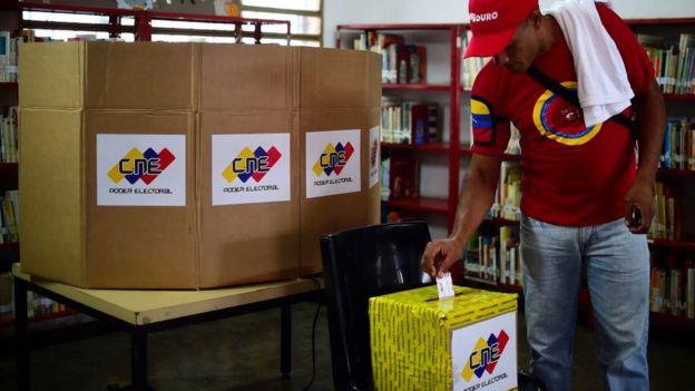 Un hombre vota en Venezuela
