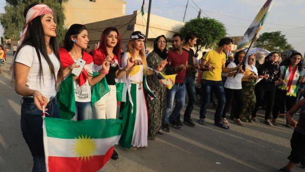 کردهای سوریه هم همهپرسی استقلال اقلیم کردستان عراق را جشن گرفتند - رقص کردی در شهر قامشلی