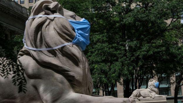 Escultura de un león con mascarilla en Nueva York