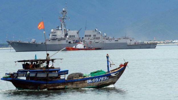 Khu trục hạm USS Chung-hoon cập cảng Tiên Sa, Đà Nẵng năm 2011