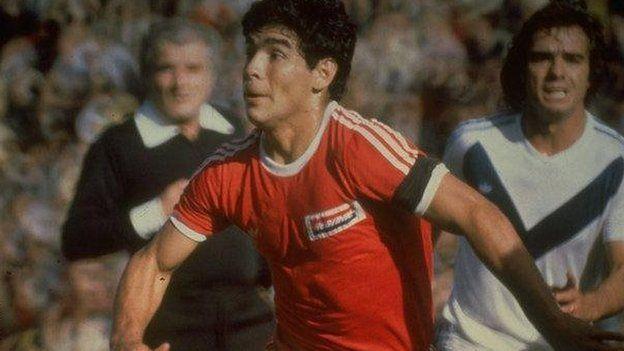 Diego Armando Maradon con la camiseta de Argentinos Juniors.