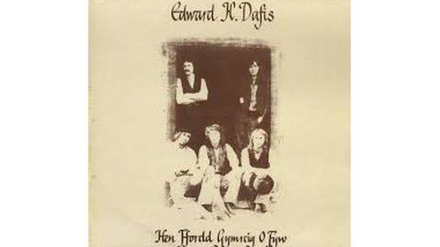 Mae 'Mistar Duw' ymhlith y caneuon ar record hir gyntaf Edward H Dafis