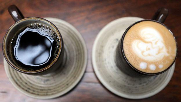 Чашка черного кофе и чашка капуччино
