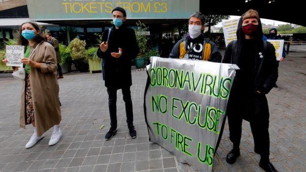 Protesta de trabajadores despedidos en Reino Unido.