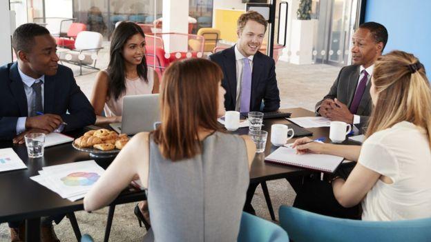Reunión de trabajo con gente joven