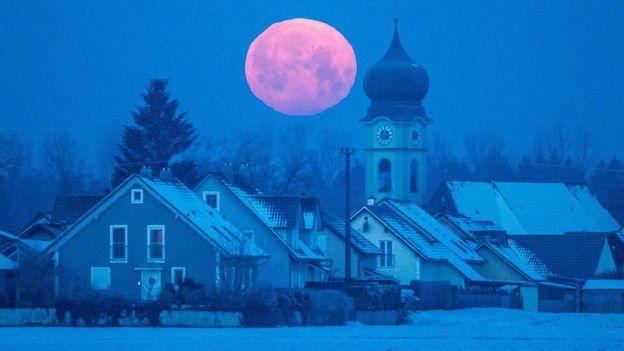 La Luna, sobre Schoenach, en el sur de Alemania.
