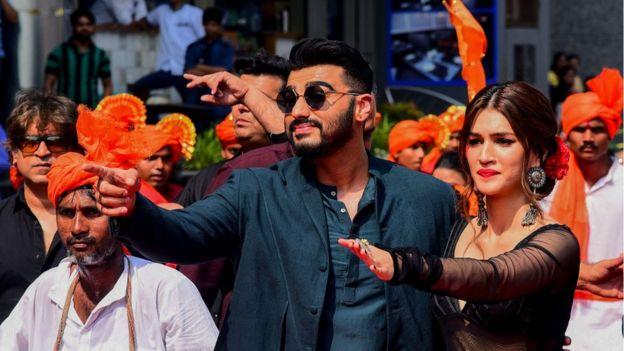 Arjun Kapoor (L) and Kriti Sanon