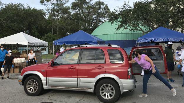 Vehículo en el reparto de alimentos en Coconut Grove, Miami