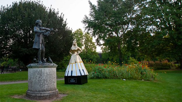 Estatua de Maria Anna Mozart frente a la de Wolfgang Amadeus