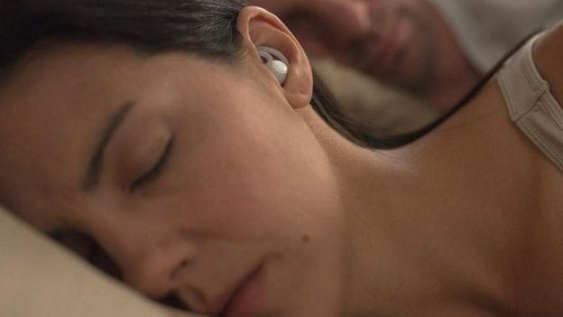 mujer durmiendo con audífonos de Bose
