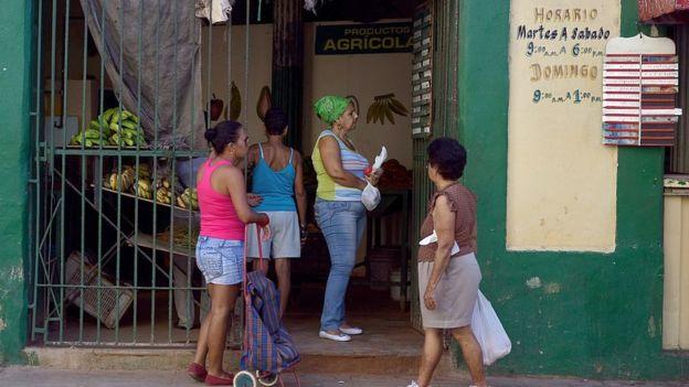 Mujeres hacen cola en un mercado.