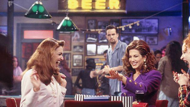 Chandler mira a Rachel en un flashback de la serie.