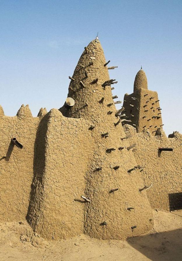 Mansa Musa memerintahkan pembangunan Mesjid Djinguereber yang terkenal di tahun 1327