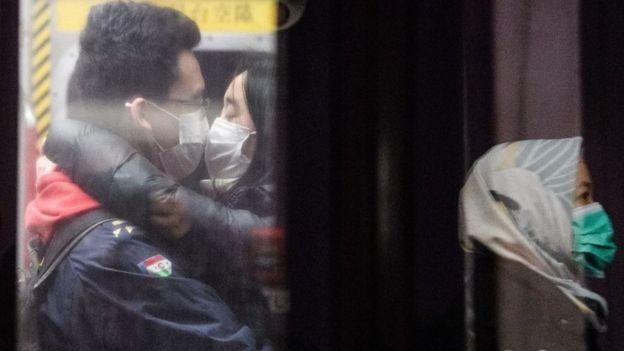 Dos personas frente a frente con mascarillas