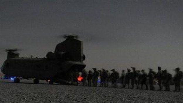 ২০১১ সালের অগাস্টে কান্দাহারে একটি চিনুক হেলিকপ্টারে উঠছেন যুক্তরাষ্ট্র ও আফগান নিরাপত্তা বাহিনীর সদস্যরা