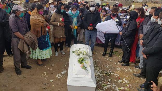 Entierro de la niña Esther en Bolivia el 7 de julio de 2020