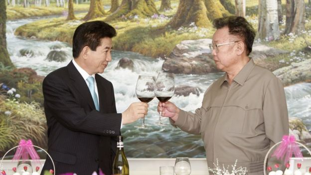 Cựu Tổng thống Roh Moo-Hyun, trong ảnh chụp cùng nhà lãnh đạo Bắc Hàn Kim Jong-Il tháng 10/2007, từng là đồng nghiệp của ông Moon Jae-in