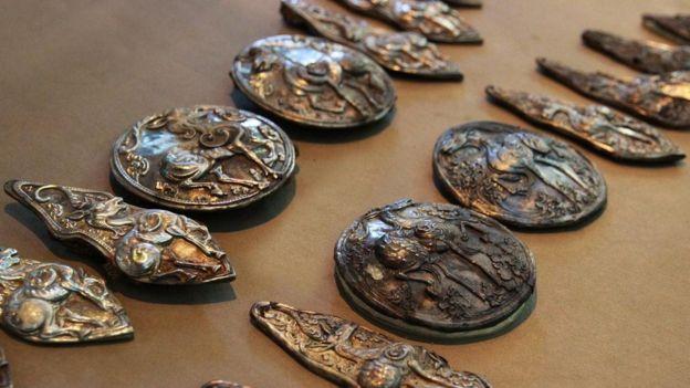نماذج من قطع وأشكال معدنية قديمة أخرى من بقايا الإمبراطورية المنغولية